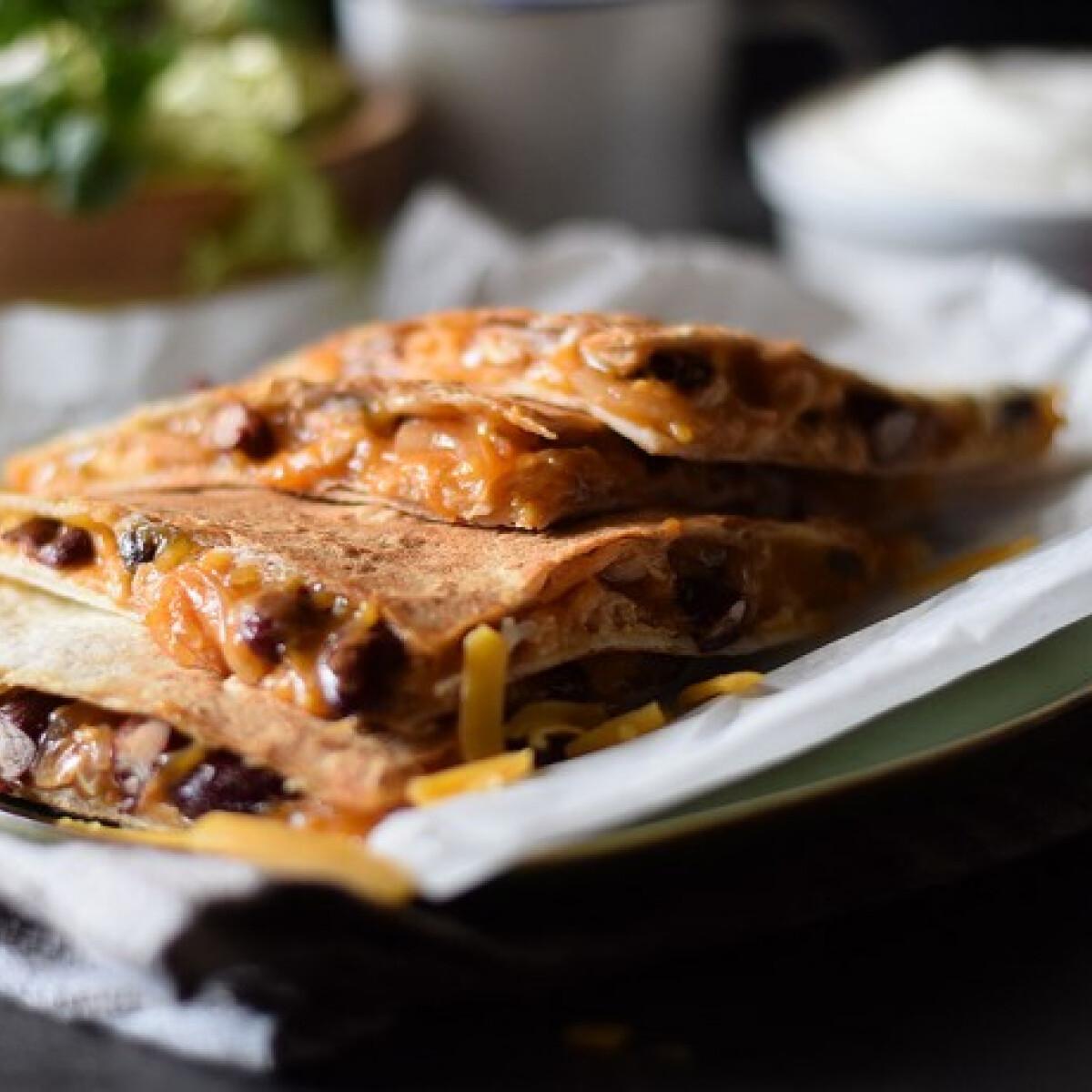 Ezen a képen: BBQ-csirkés quesadilla