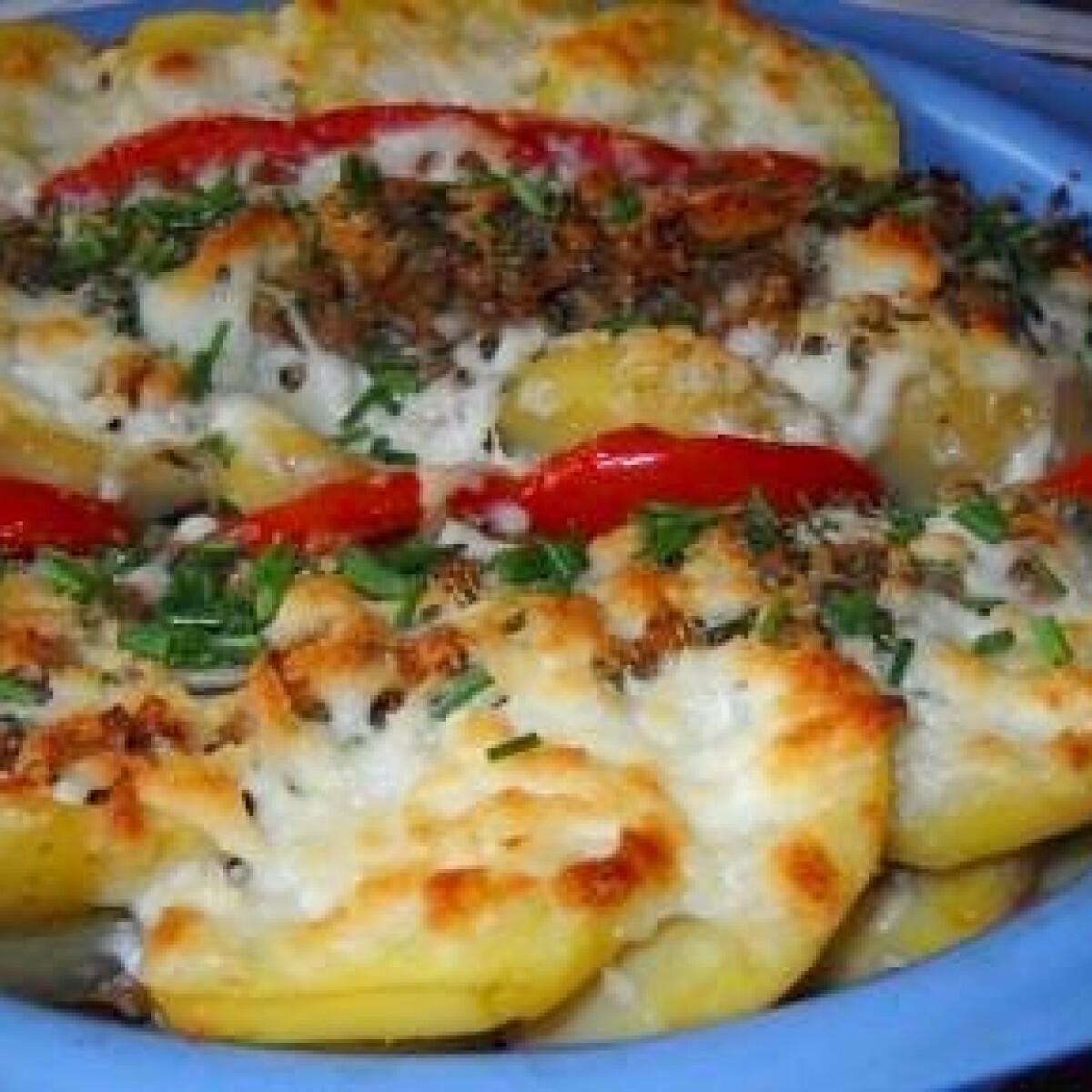 Ezen a képen: Krumplifelfújt darált hússal és paradicsommal