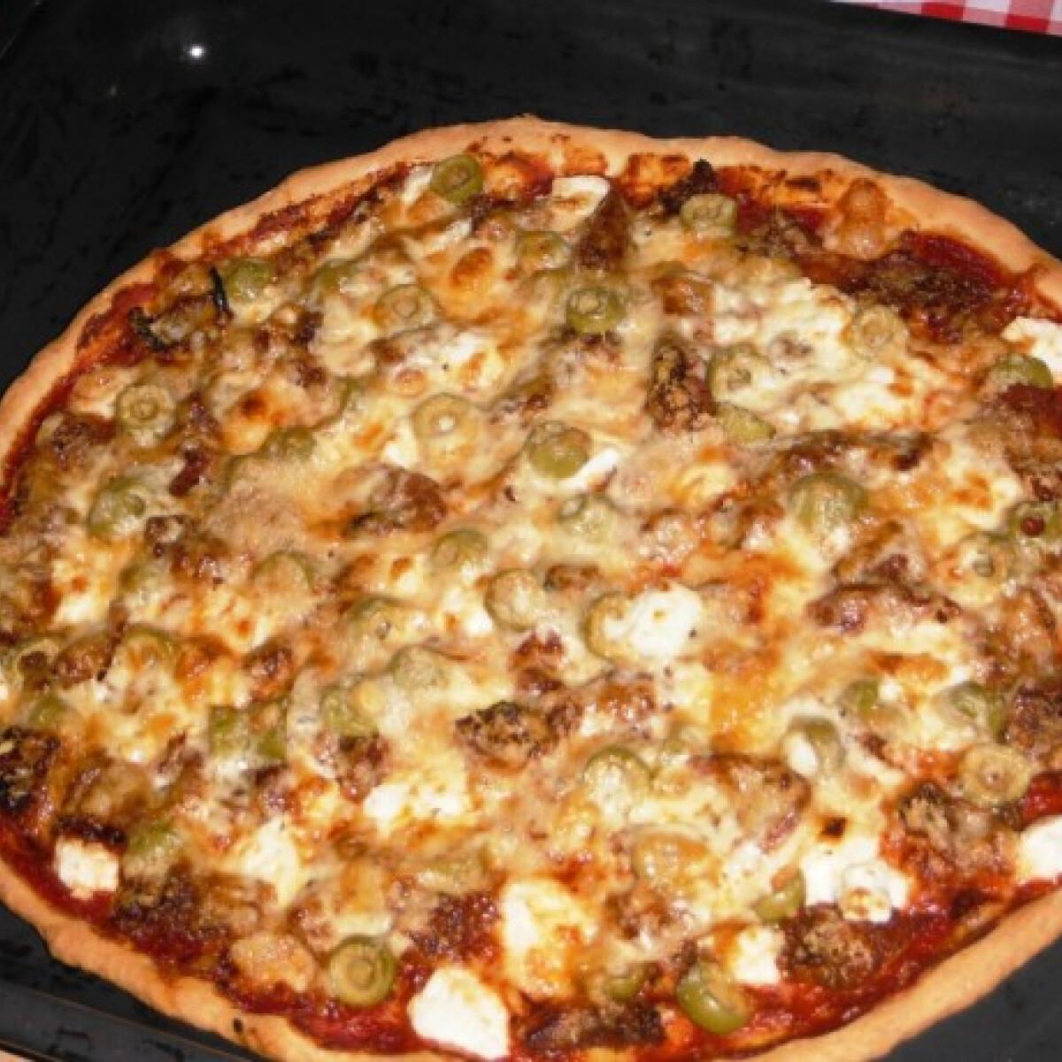 Ezen a képen: Aszalt paradicsomos-fetás pizza olajbogyóval