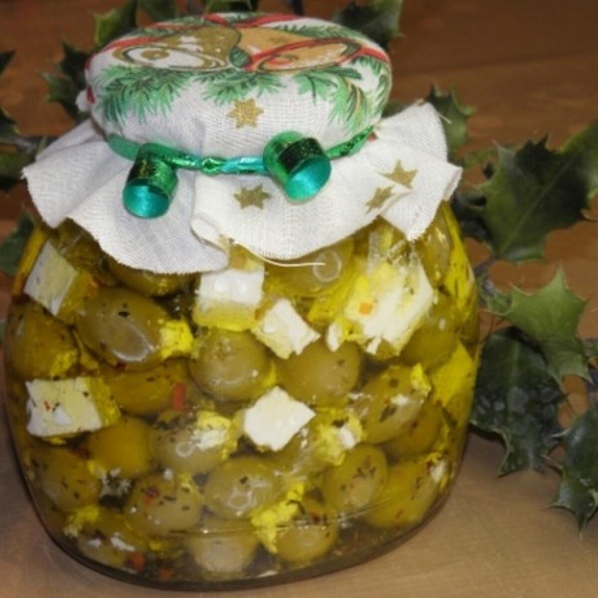 Ezen a képen: Feta sajttal töltött olívabogyó olívaolajban