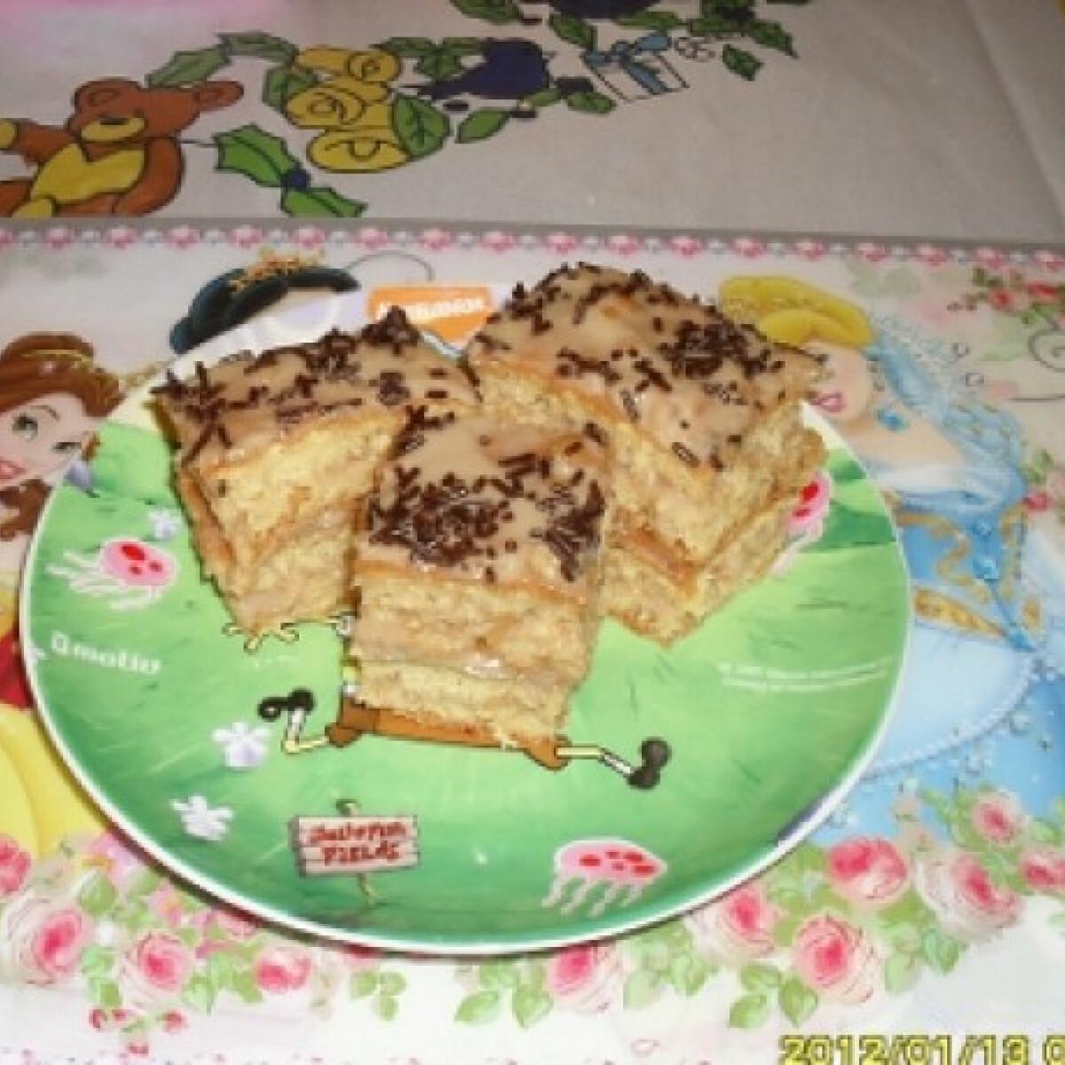 Ezen a képen: Mogyorós-karamellás süti