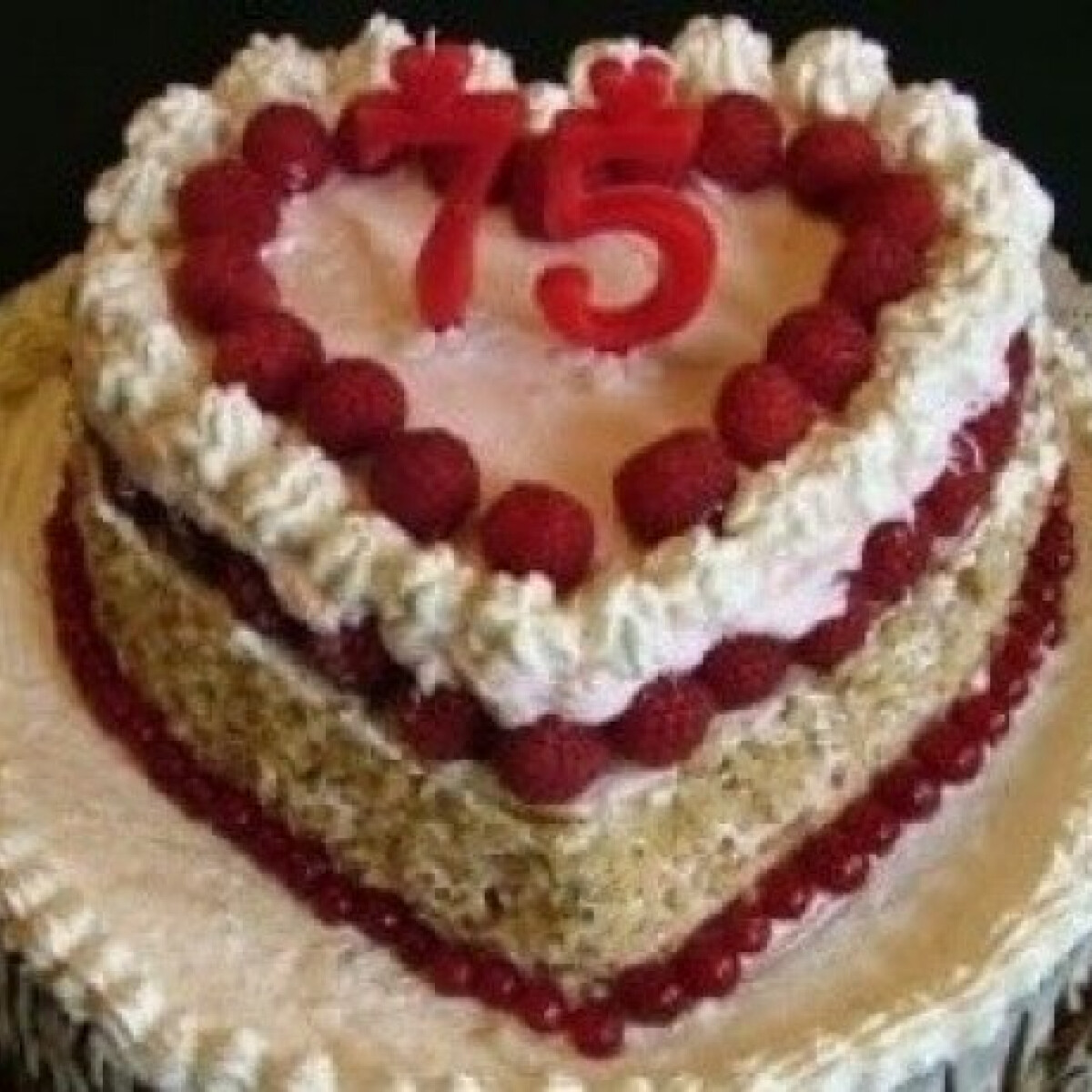 Ezen a képen: Születésnapi emeletes torta