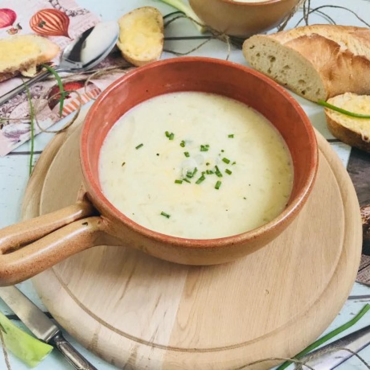 Ezen a képen: Hagymaleves timu konyhájából