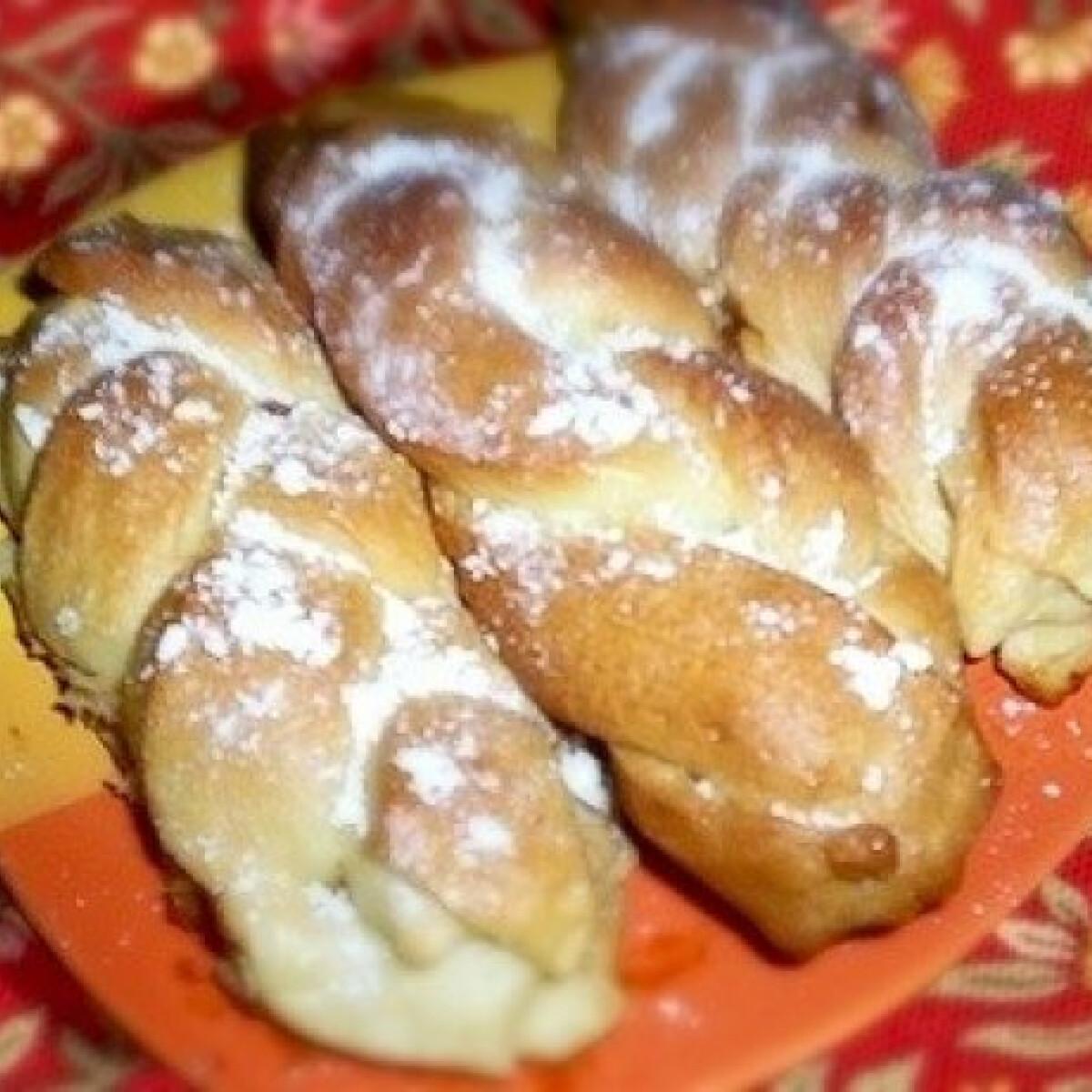 Ezen a képen: Mini kalácsok (kenyérsütőben dagasztva)
