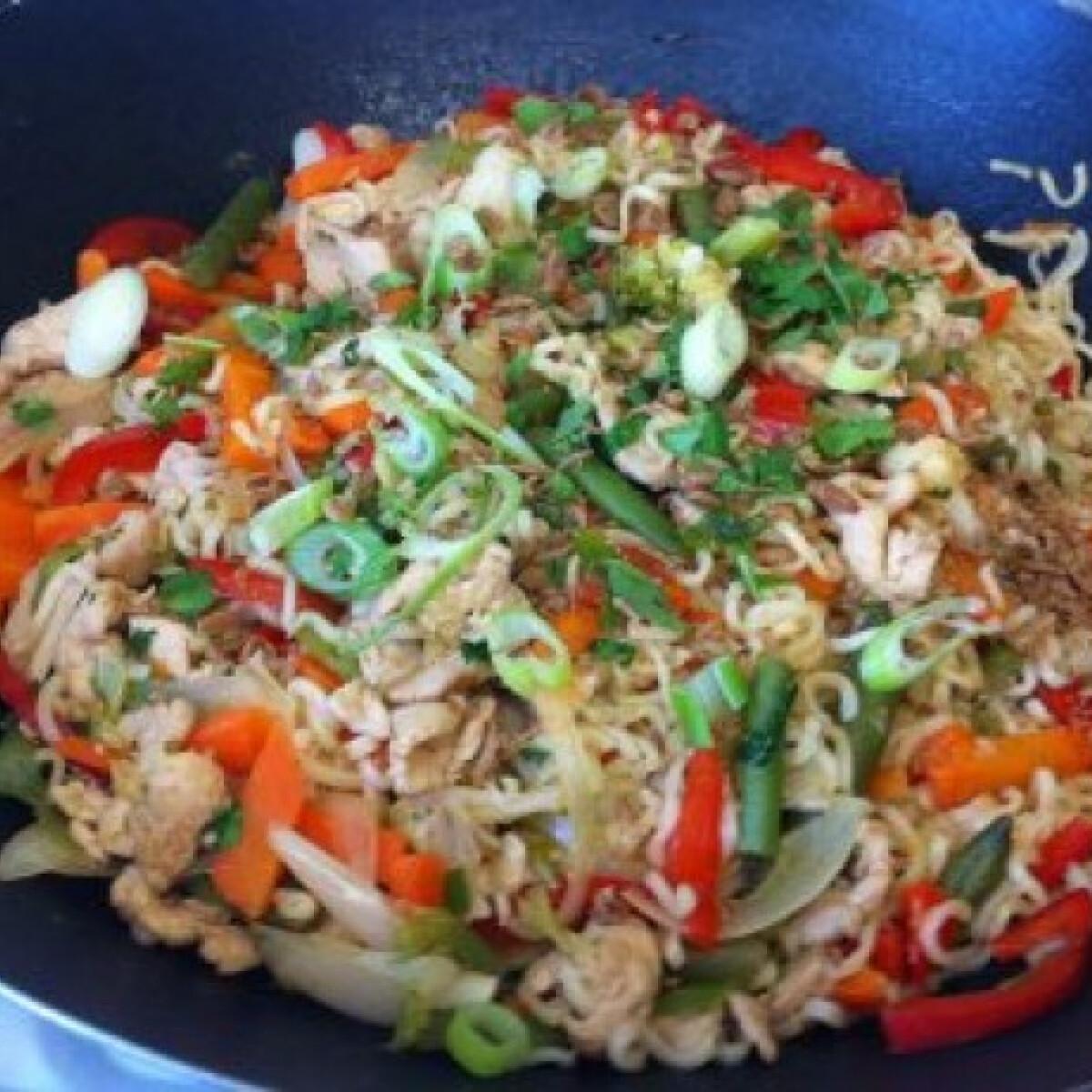 Zöldséges csirke stir-fry wokban