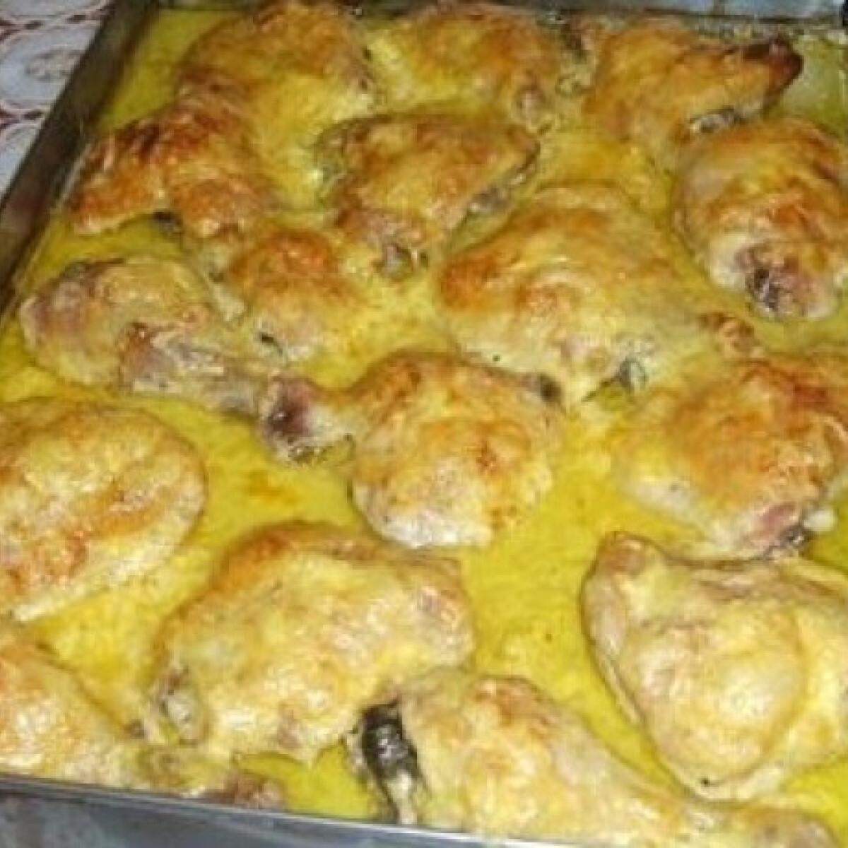 Ezen a képen: Mustáros-fokhagymás mártásban sült csirkecombok