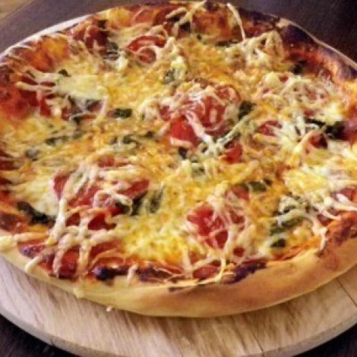 Ezen a képen: Szalámis-mozzarellás pizza