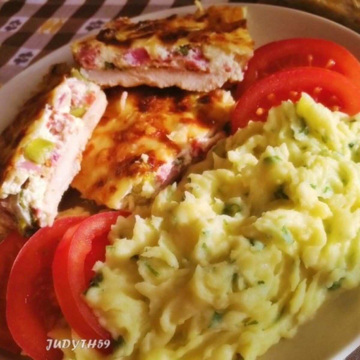 Ezen a képen: Tepsis újhagymás-sonkás-baconös csirkemellszeletek