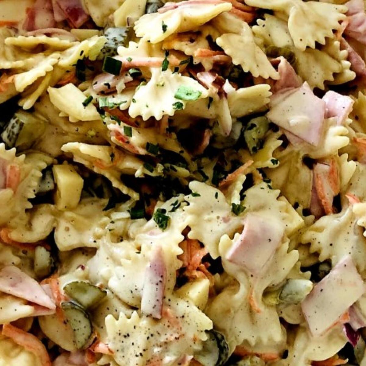 Ezen a képen: Sonkás-zöldséges tésztasaláta