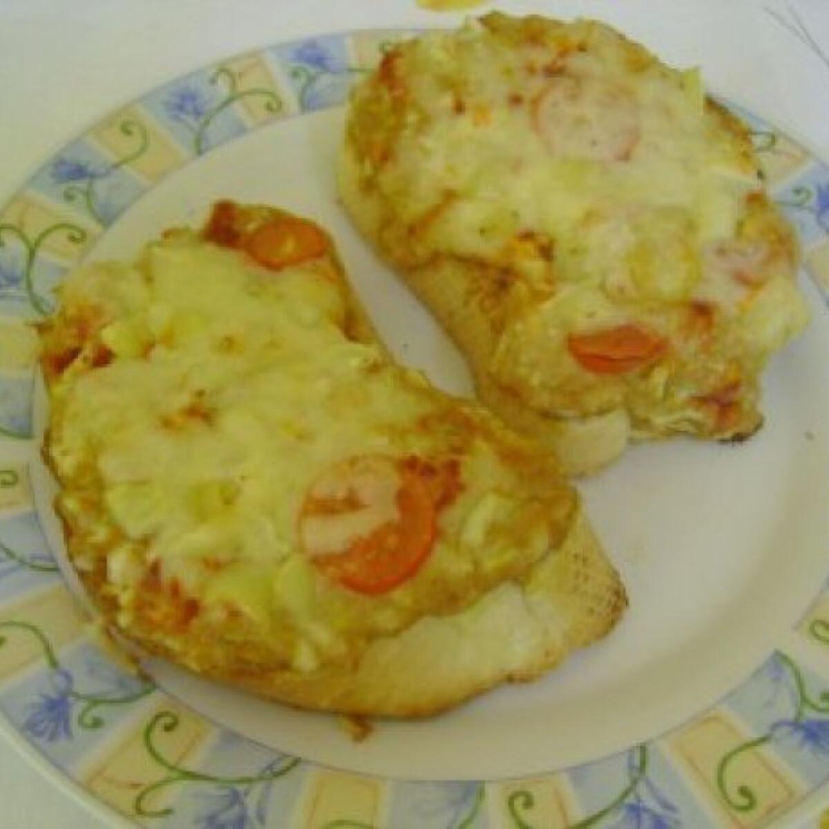 Ezen a képen: Májkrémes-mustáros melegszendvics