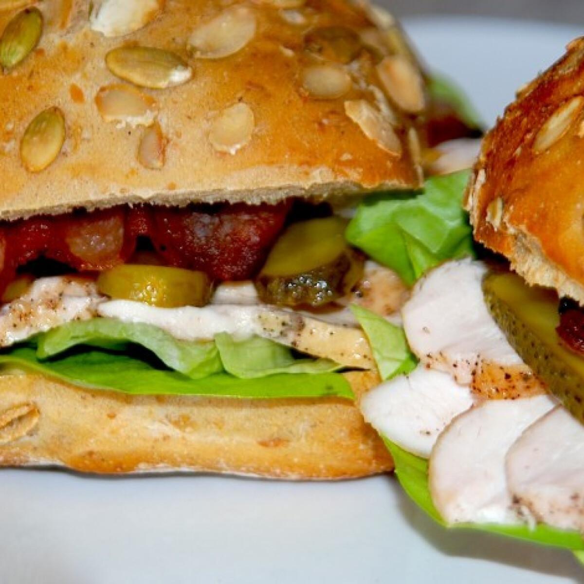 Ezen a képen: Magos szendvics csirkemellszeletekkel