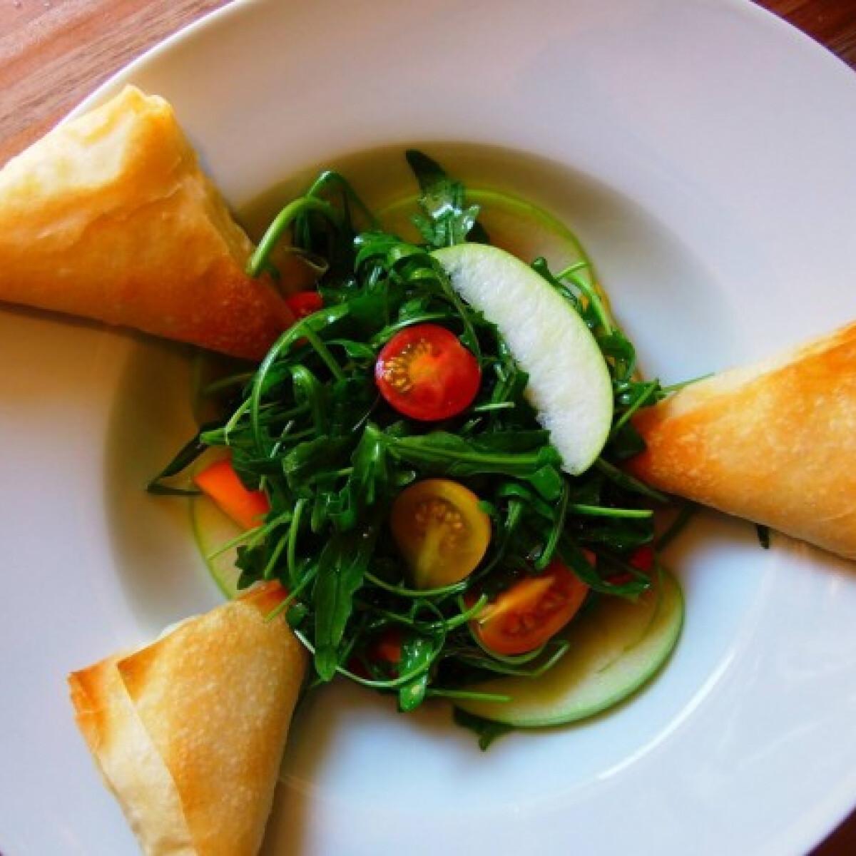 Ezen a képen: Ricottás roppanós táskák gazdag salátaágyon