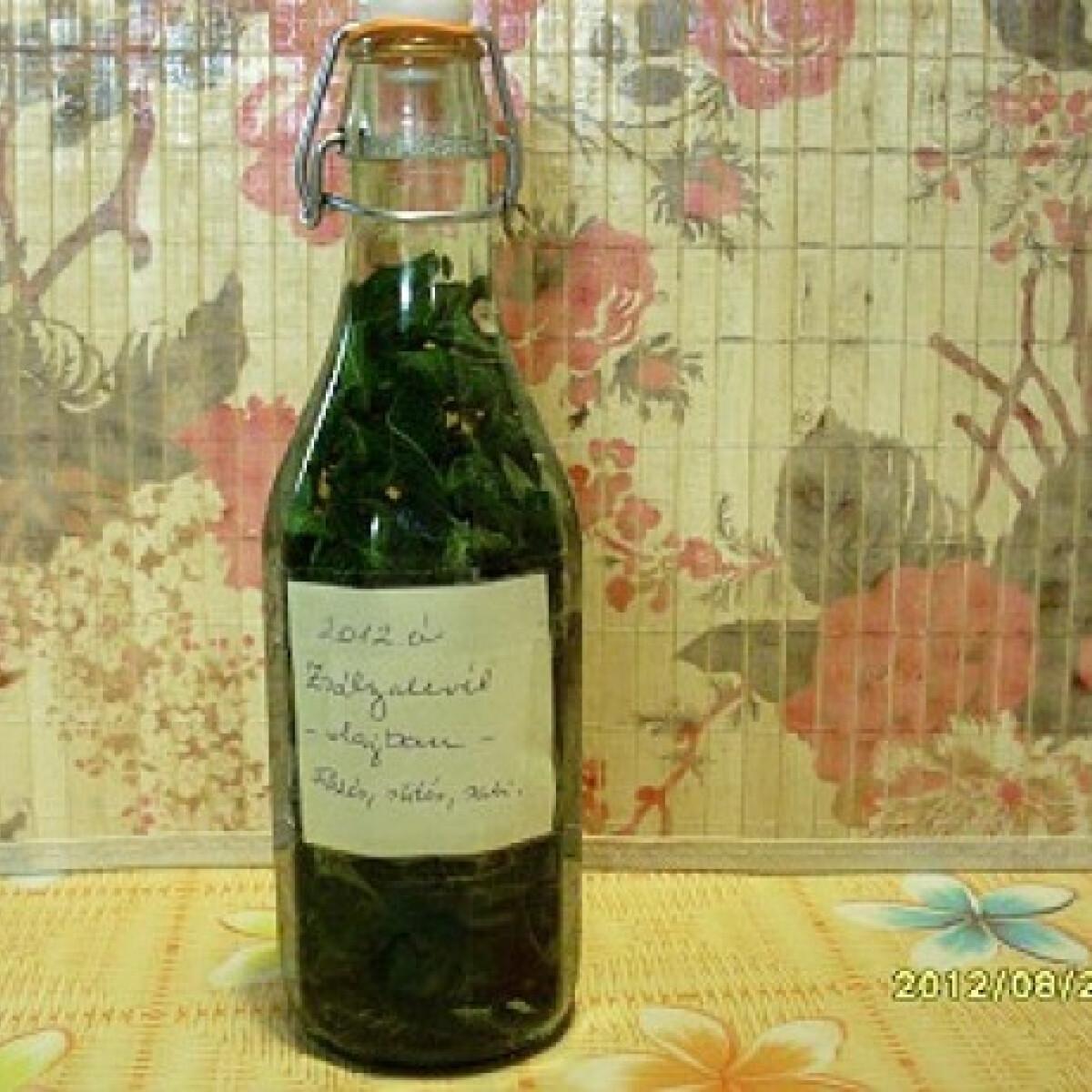 Ezen a képen: Zsályalevél olívaolajban eltéve