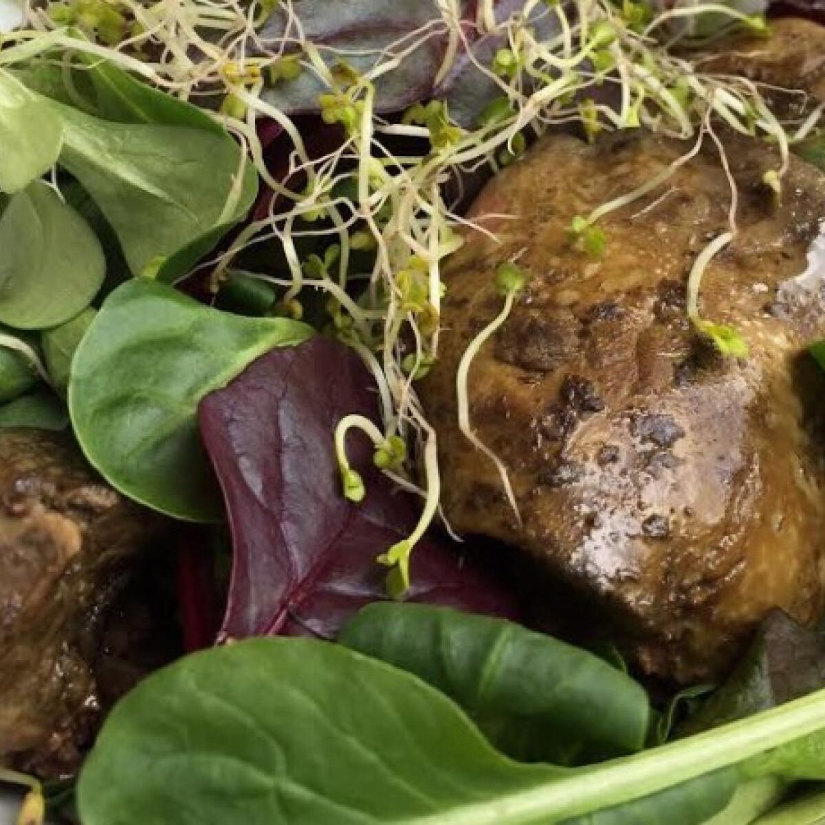 Ezen a képen: Sült máj salátával