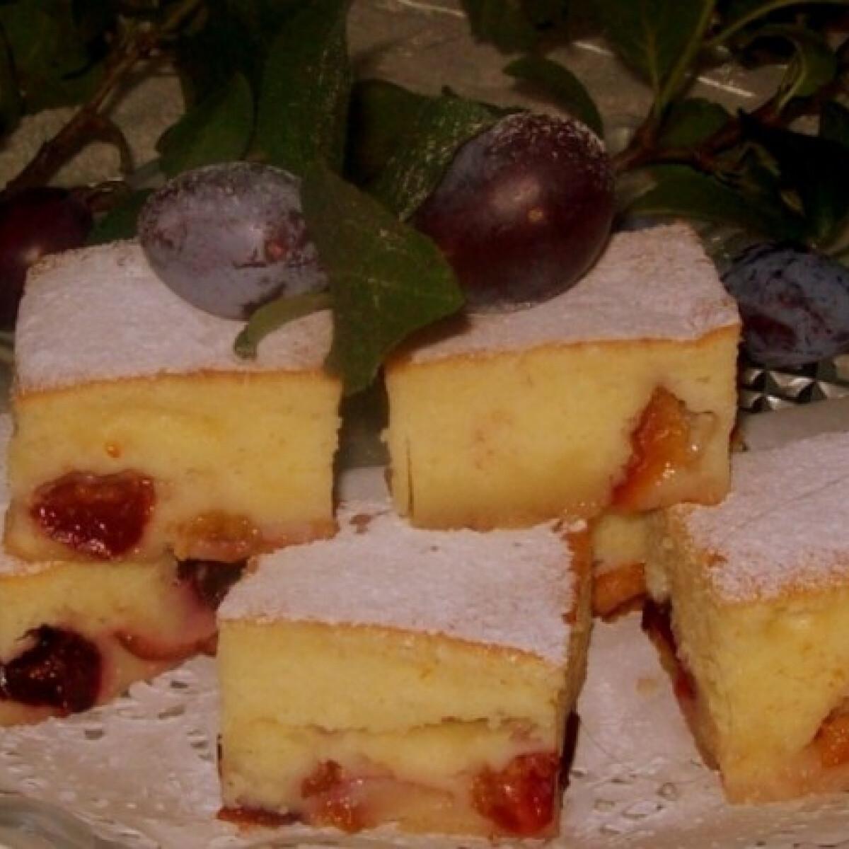 Ezen a képen: Karamell rétegen sült szilvás sütemény