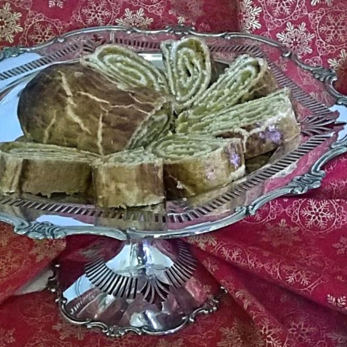 Ezen a képen: Fűszeres aszalt barackos bejgli