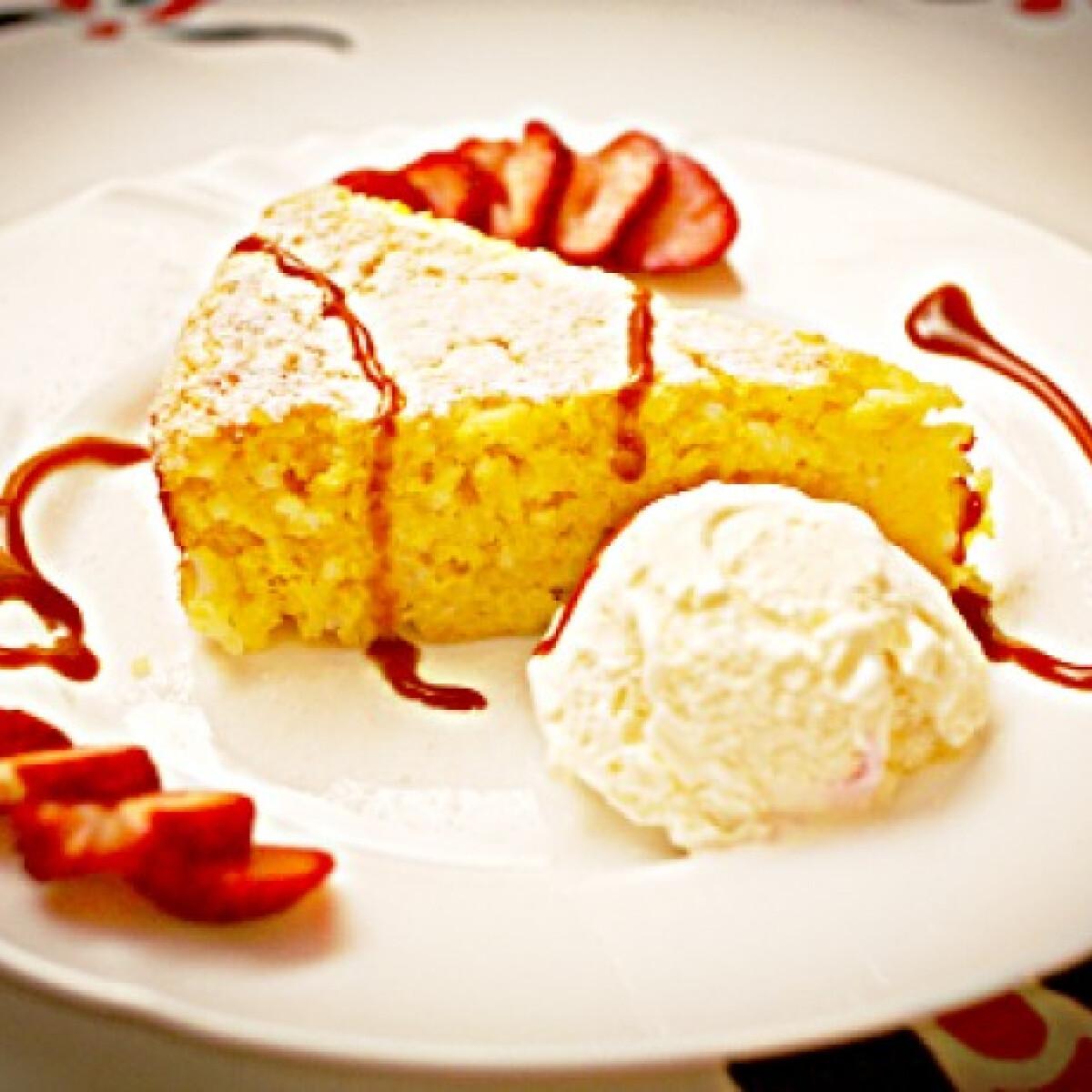 Ezen a képen: Rizsfelfújt fagyival és eperrel tálalva