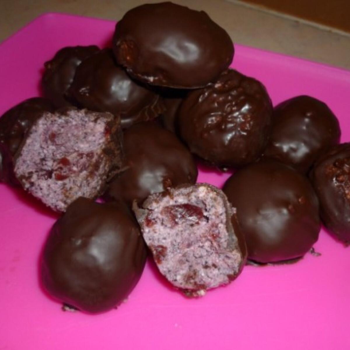 Ezen a képen: Meggyes-mákos-túrós kekszgolyó