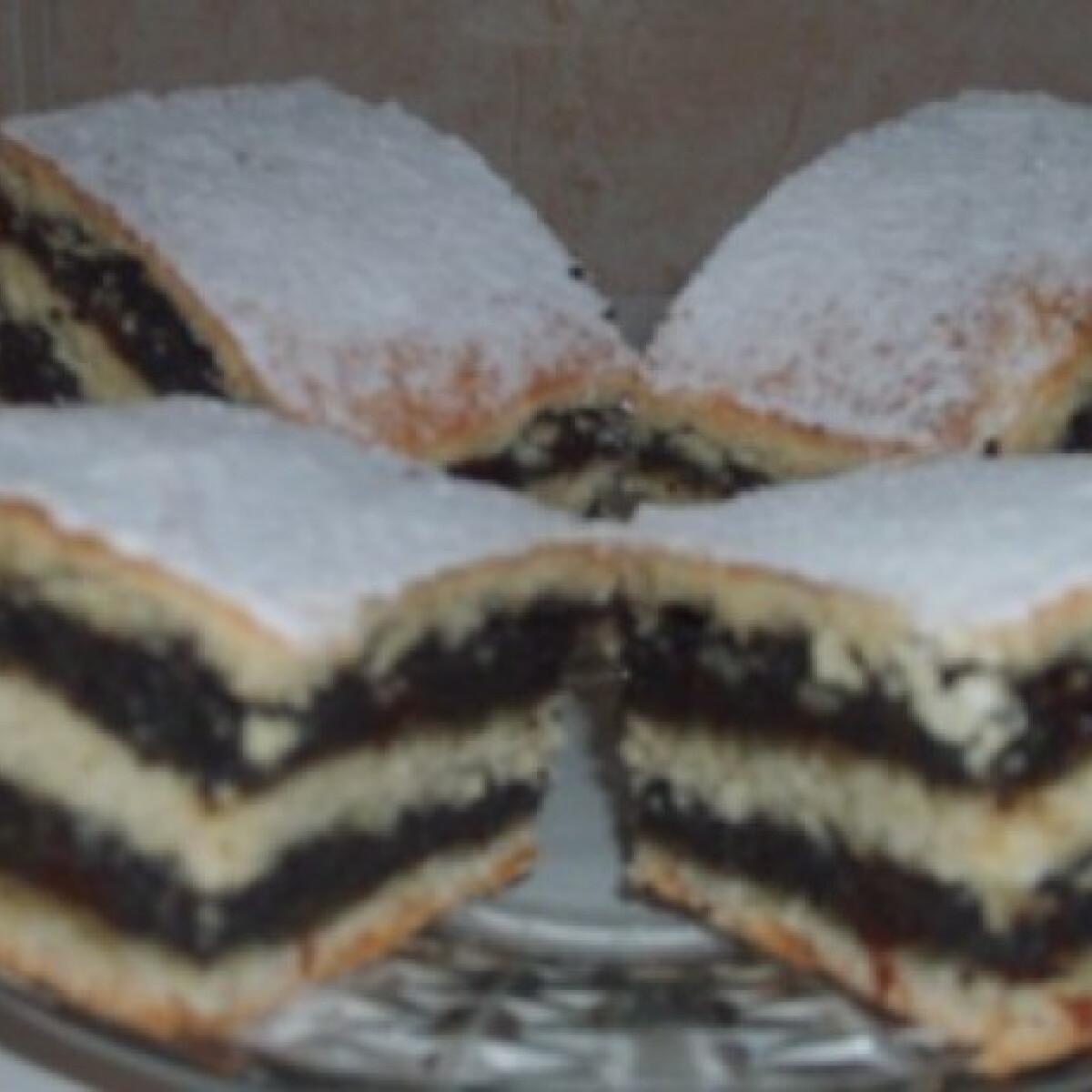 Ezen a képen: Mézes-mazsolás-mákos sütemény