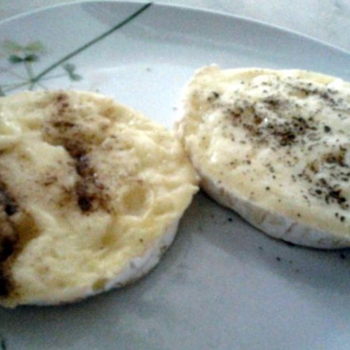 Ezen a képen: Camembert mikrohullámú sütőben sütve
