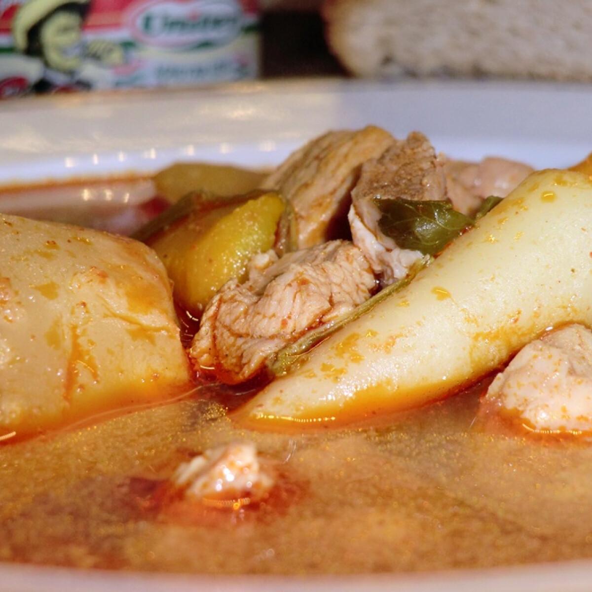 Ezen a képen: Gulyásleves sertéshúsból