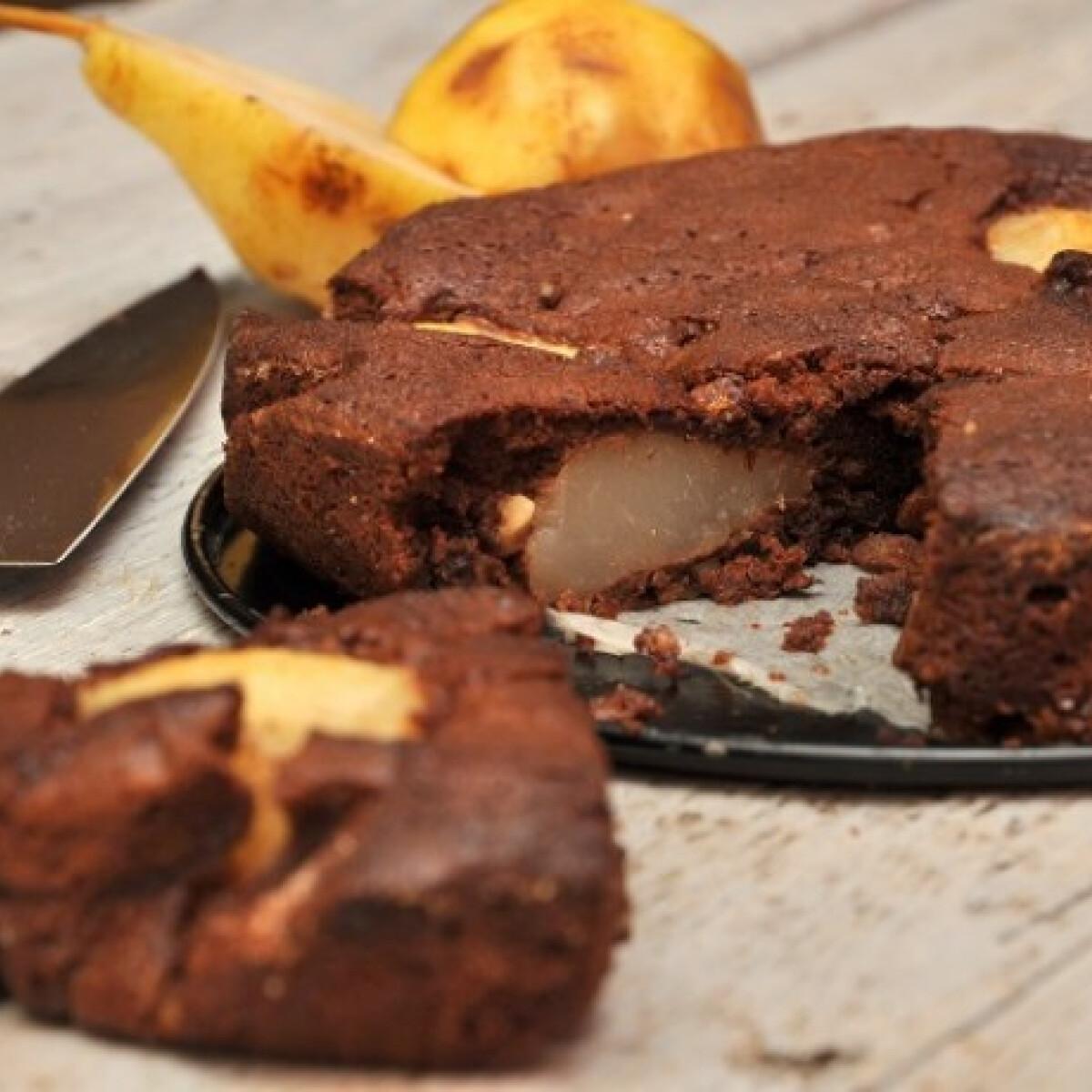 Ezen a képen: Körtés-mogyorós csokitorta