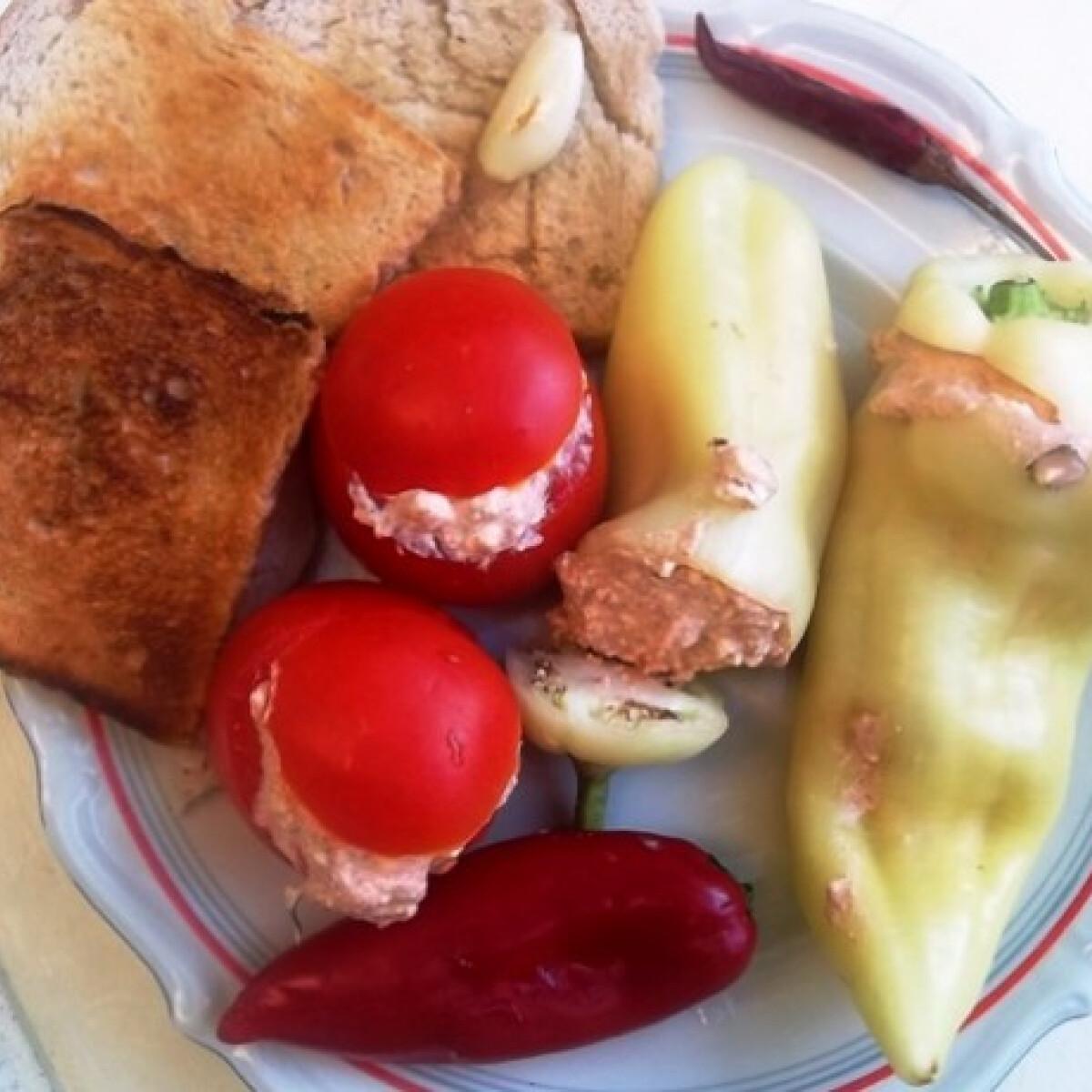 Ezen a képen: Túrókrémmel töltött paprika és paradicsom pirítóssal