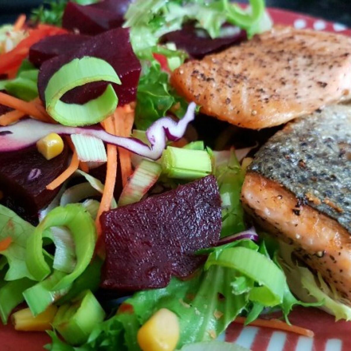 Ezen a képen: Grillezett lazac mentás salátával
