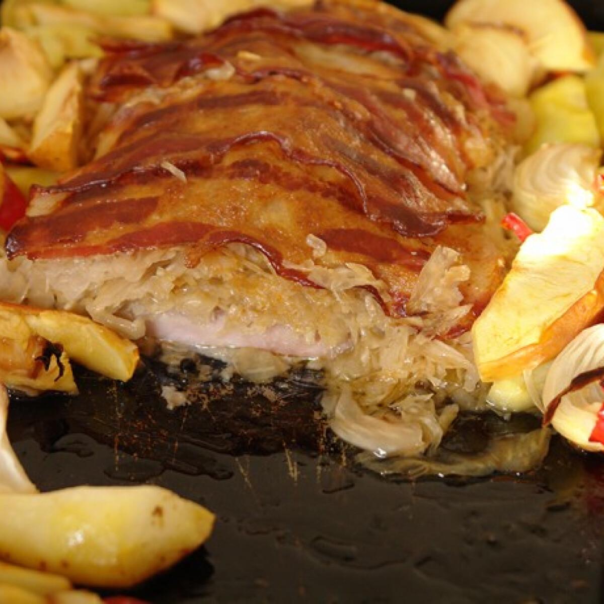 Ezen a képen: Karaj savanyú káposztával sütve, tepsiben