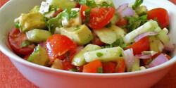 Paradicsomos uborkasaláta avokádóval és fetával
