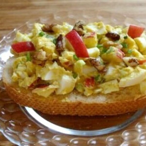 Curry-s tojássaláta