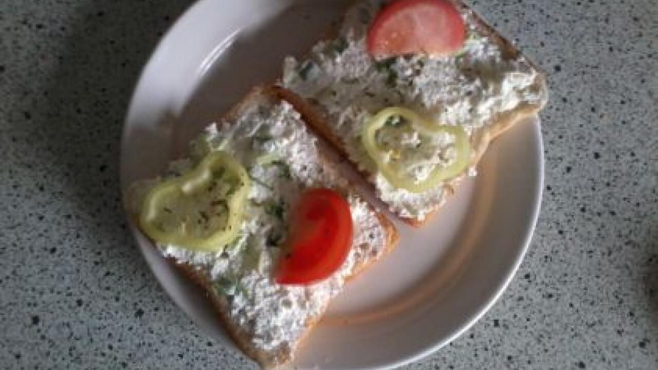 Újhagymás-túrókrémes szendvicskék uzsira