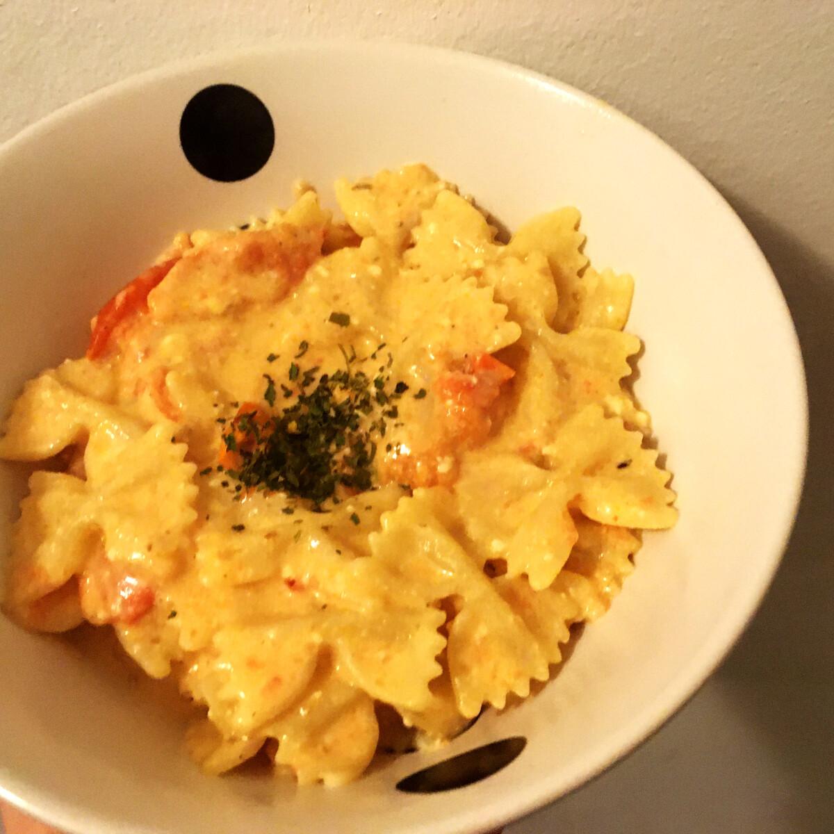 Ezen a képen: Sült fetás, paradicsomos tészta