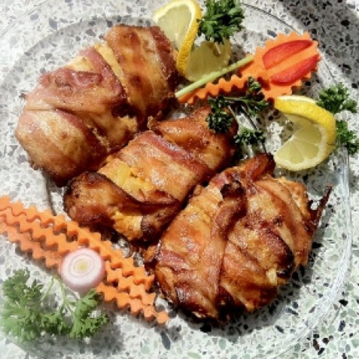 Sajtos csirke ananásszal baconbe göngyölve