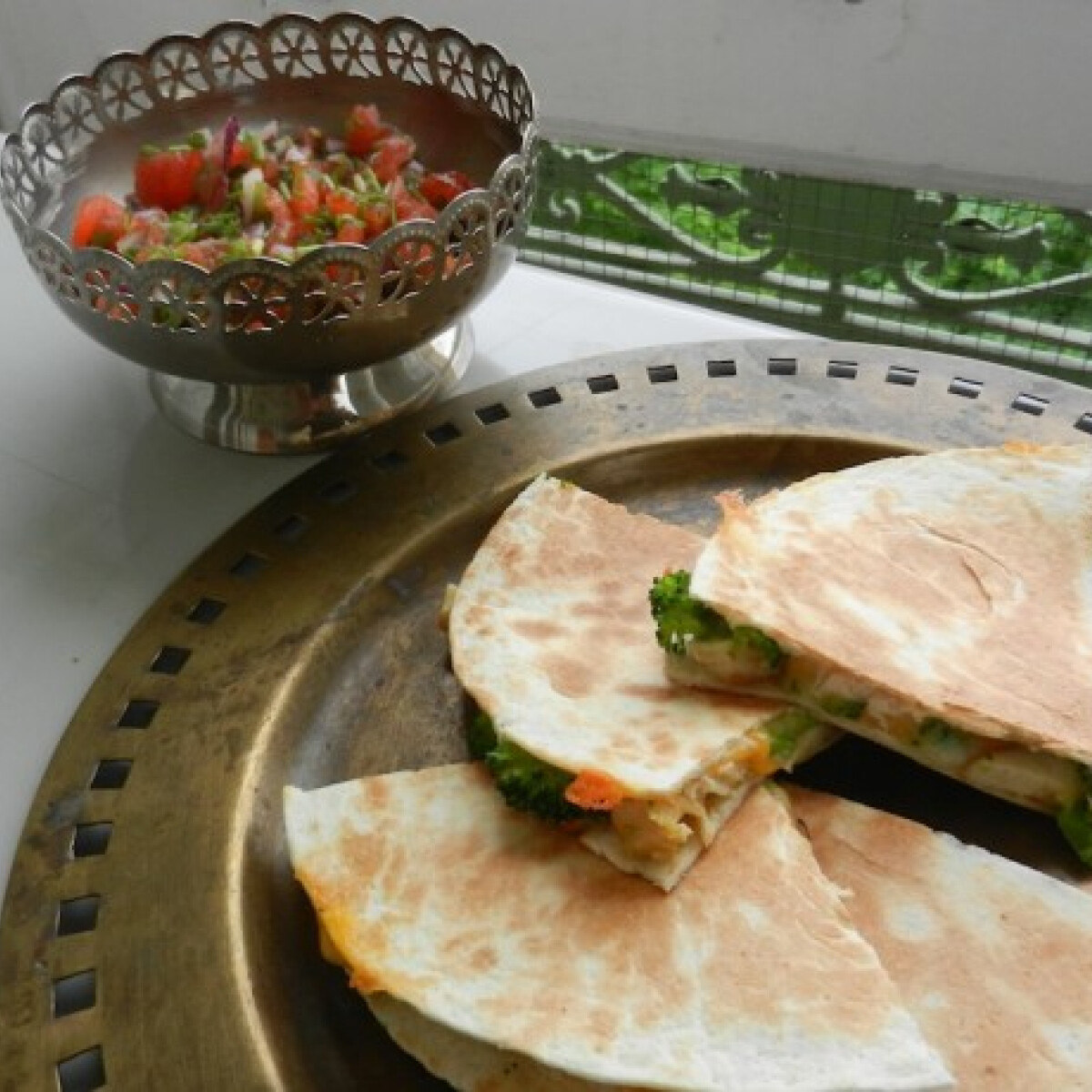 Ezen a képen: Csirkés-brokkolis quesadilla