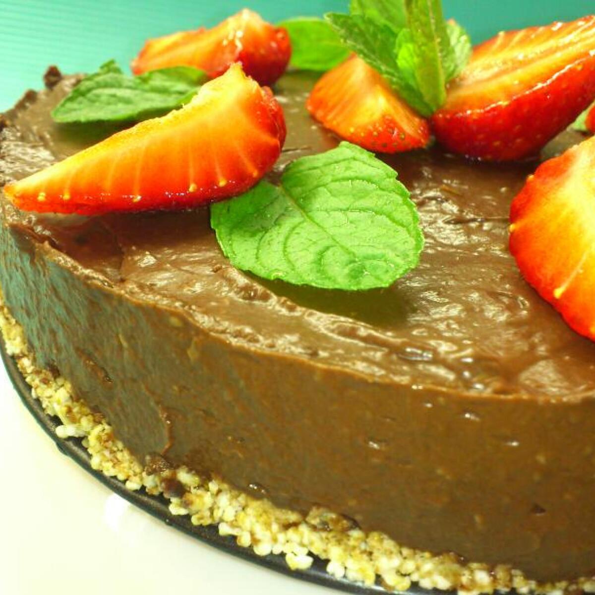 Ezen a képen: Nyers vegán vitamindús csokitorta