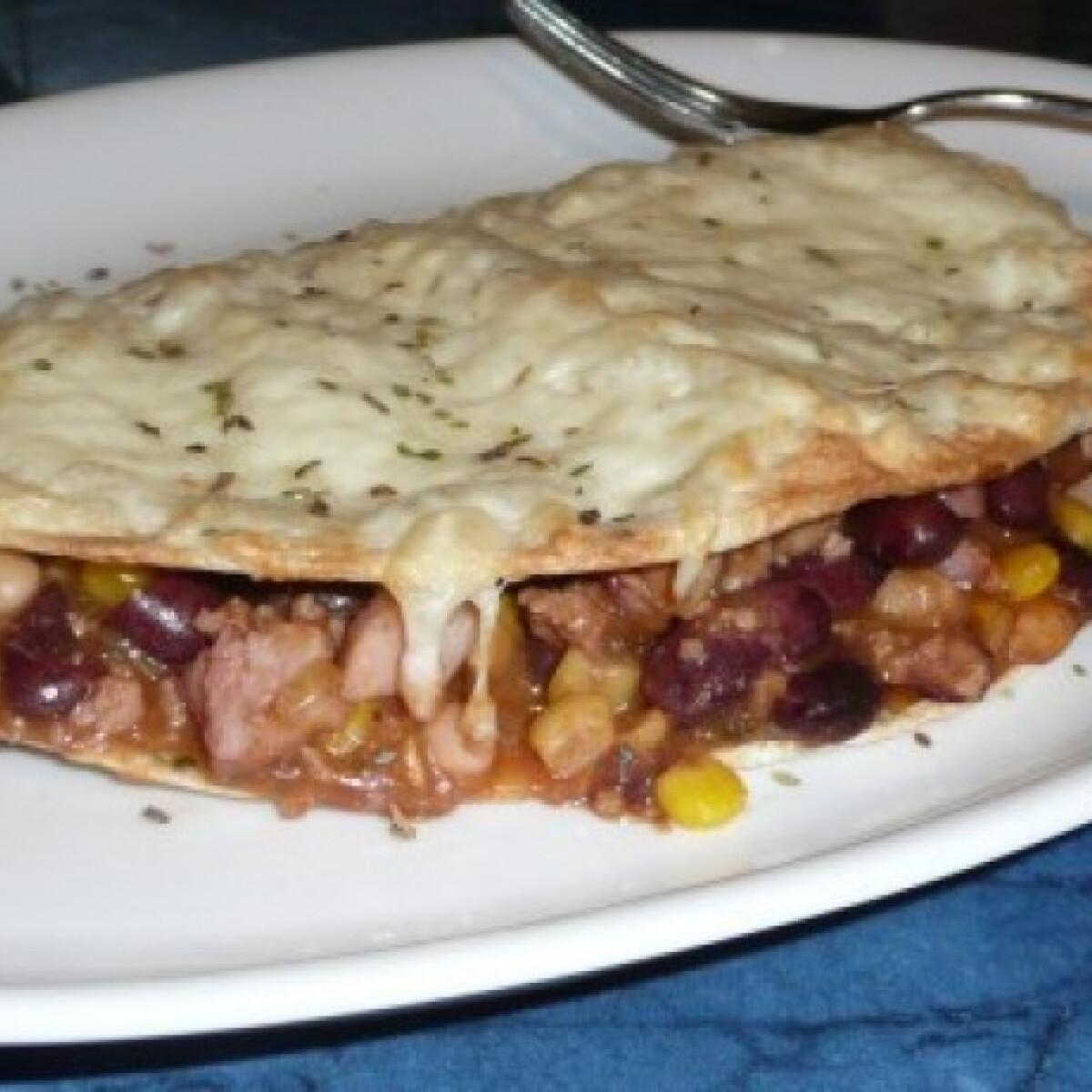 Ezen a képen: Chili con carne tortillában