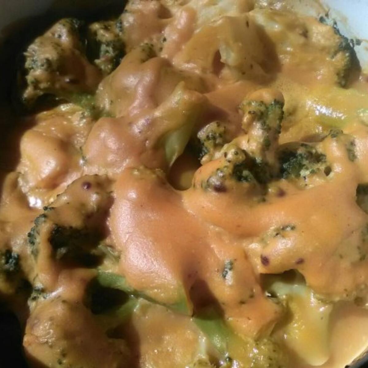 """Ezen a képen: Vegán """"sajtos"""" brokkoli"""