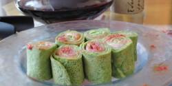 Zöld palacsinta kaviárral és lazaccal töltve