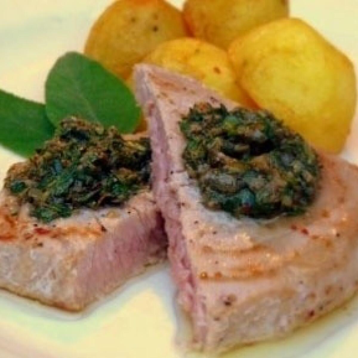 Ezen a képen: Vörös tonhal kerti fűszerekkel, vajas újburgonyával