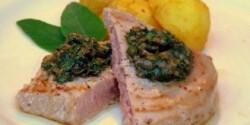 Vörös tonhal kerti fűszerekkel, vajas újburgonyával