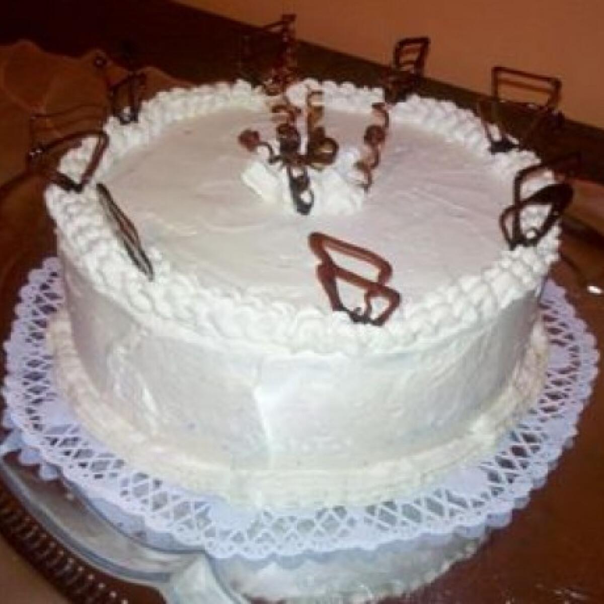 Ezen a képen: Karamellás-tejszínes torta Mettácskától