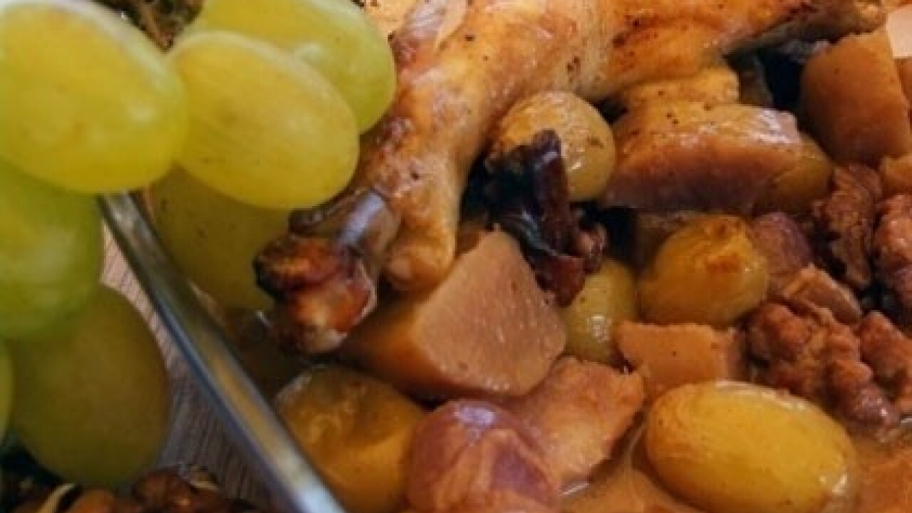 Szőlős-mustáros csirkecomb diós krumpliágyon