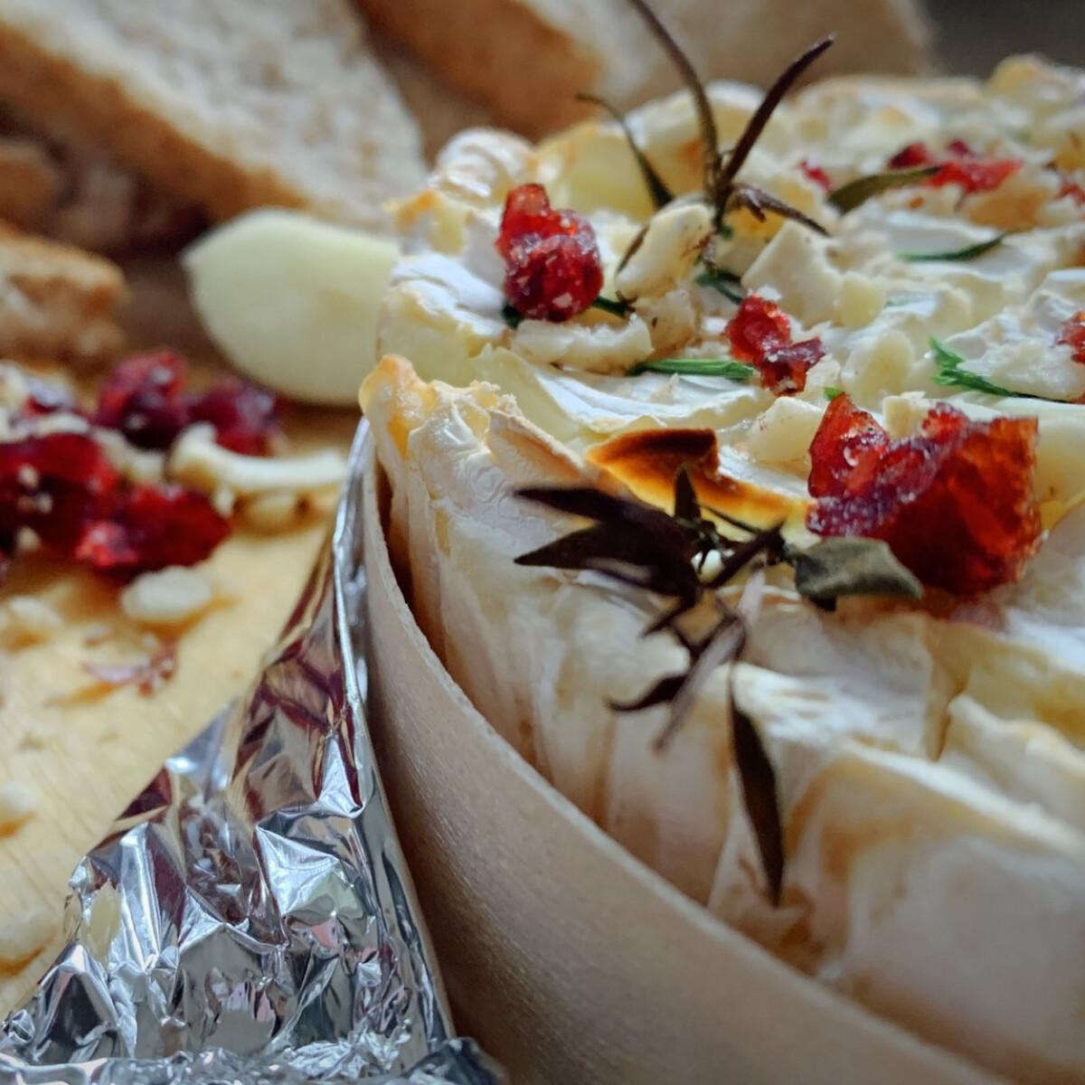 Ezen a képen: Sült camembert vörösáfonyával és diókkal