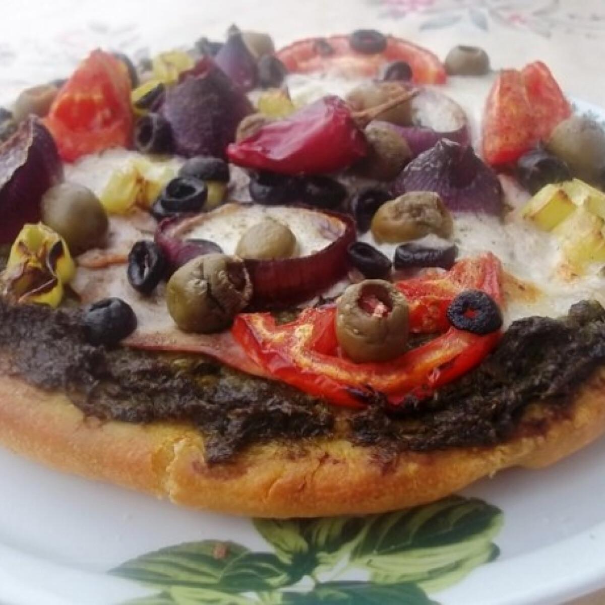 Ezen a képen: Zöld pestos pizza sonkával és mozzarellával