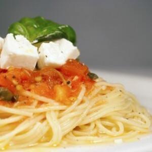 Spagetti tonhalas, kapribogyós paradicsomszósszal