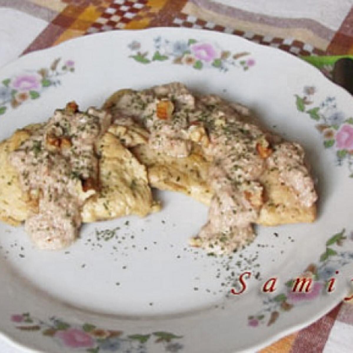 Ezen a képen: Fehérboros csirkemell fokhagymás diómártással