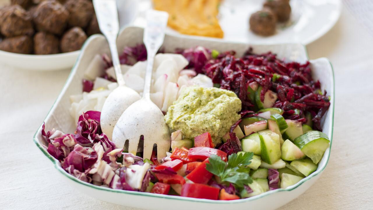 Színes saláta kesumajonézzel