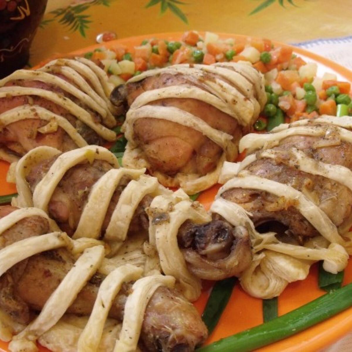 Ezen a képen: Börtönbe zárt csirkecombok párolt zöldséggel