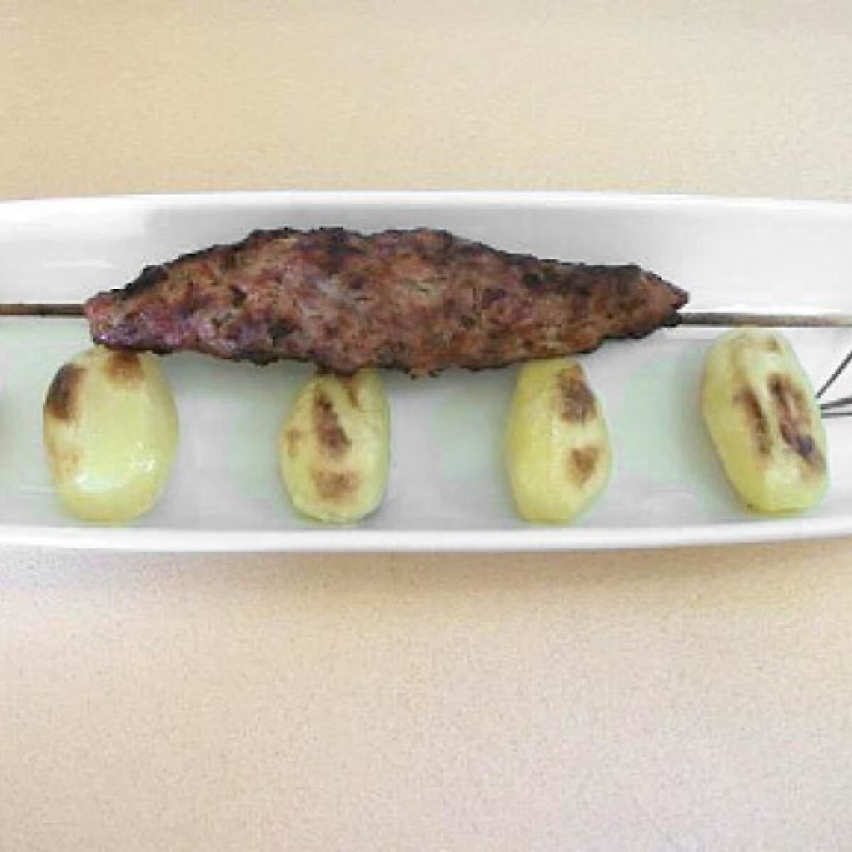 Ezen a képen: Fűszeres grillfasírt nyárson